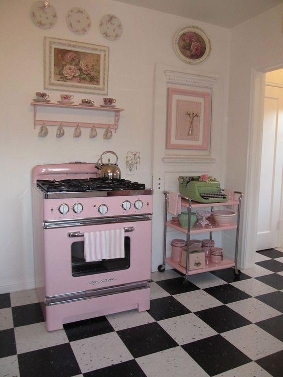 Cozinha com fogão retrô rosa claro