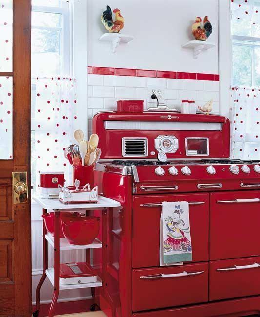 Cozinha com fogão retrô vermelho