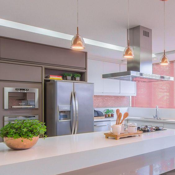 Cozinha com geladeira inox side by side