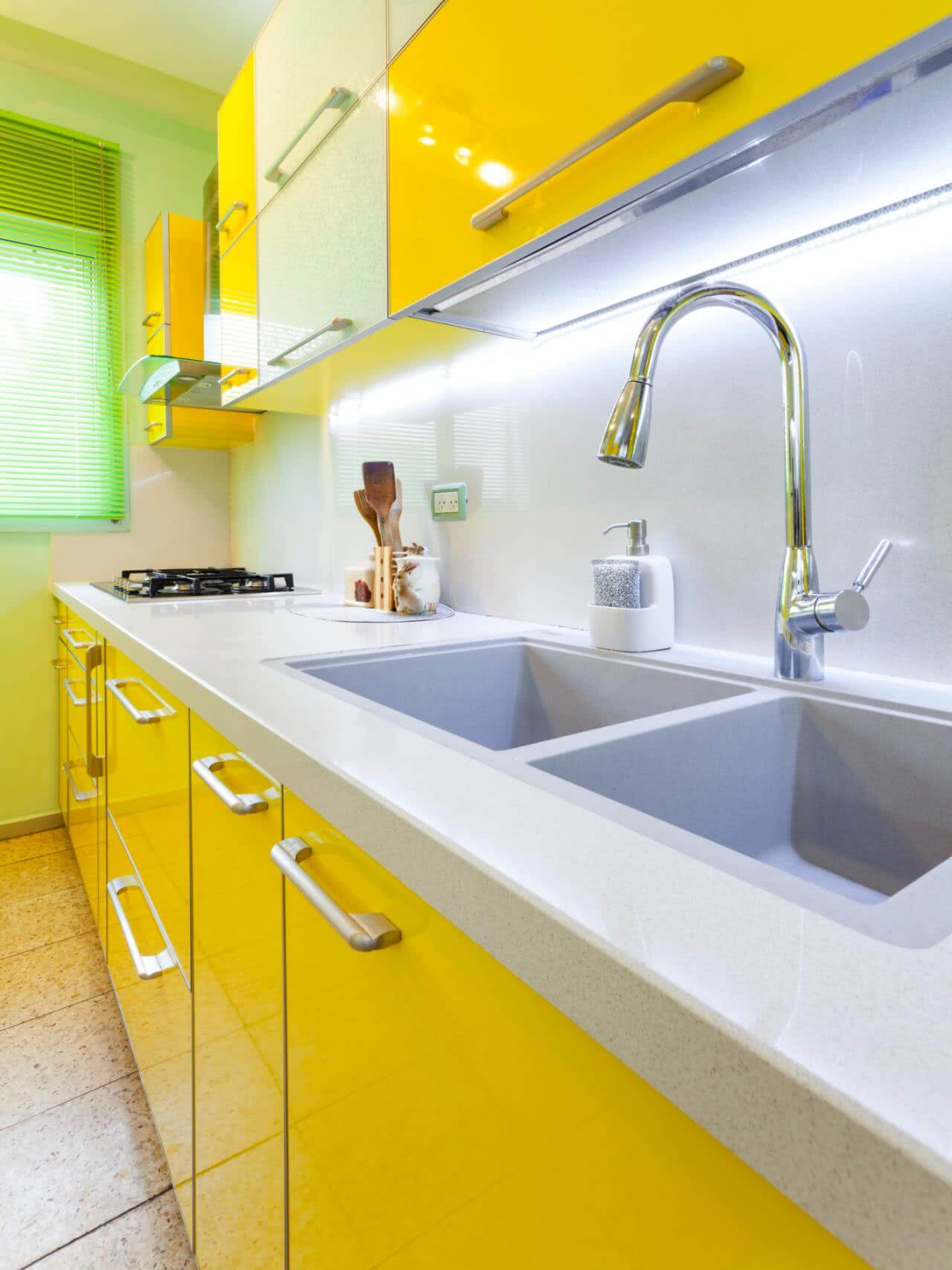 Granito branco na cozinha amarela