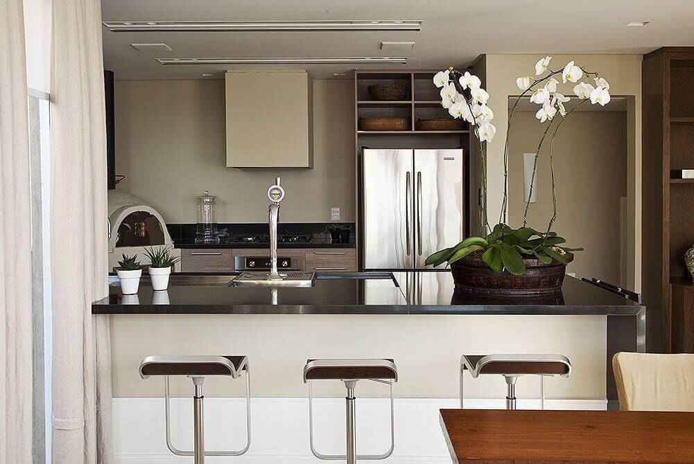 Cozinha com granito preto e banquetas de madeira