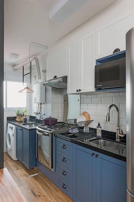 Granito preto na bancada de casa com armário azul