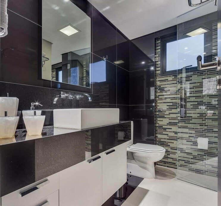 Granito preto no banheiro moderno