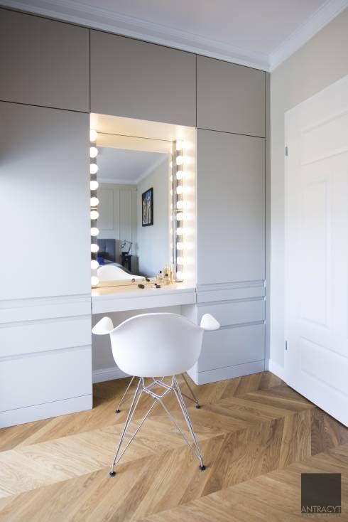 Guarda roupa planejado com penteadeira e espelho camarim