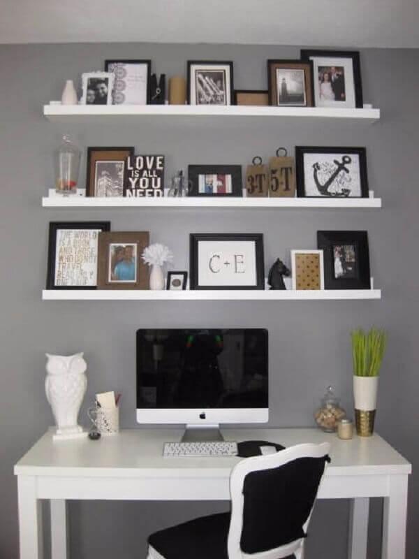 home office cinza decorado com prateleira para fotos e quadros Foto Pinterest