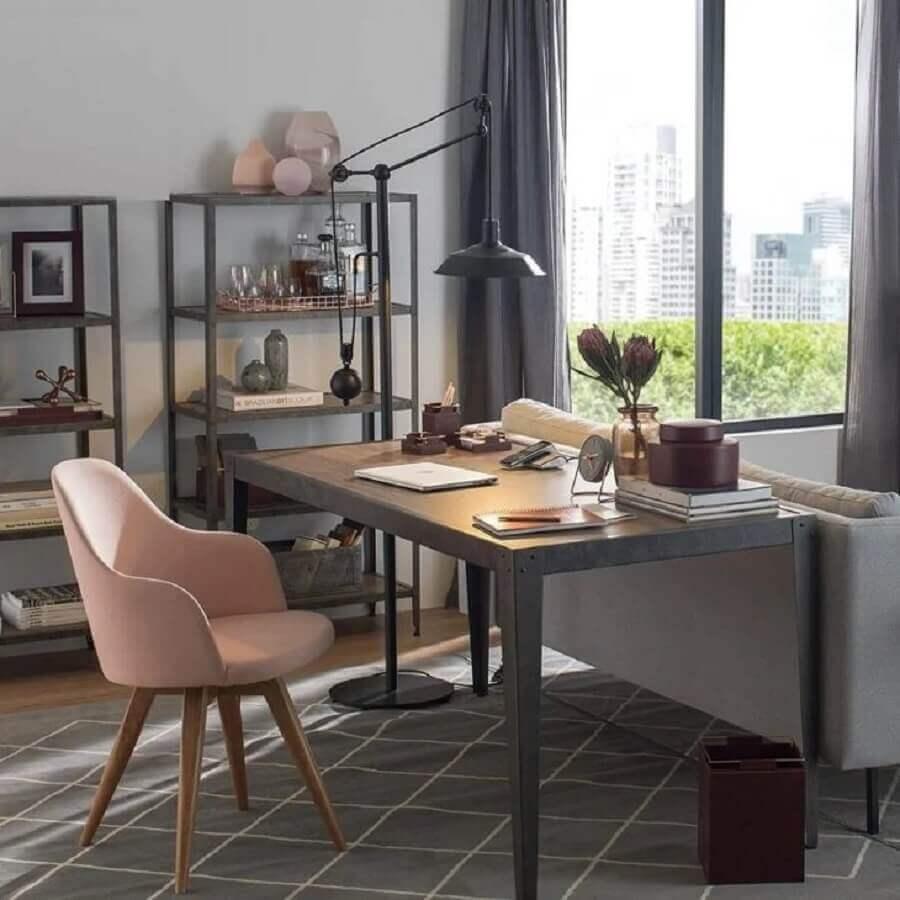 home office decorado com cadeira rosa e mesa inox industrial  Foto Pinterest