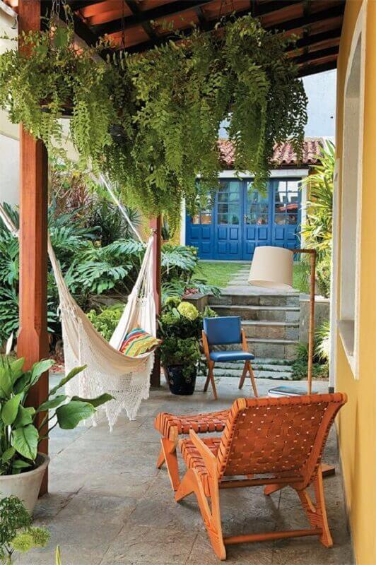 jardim com varanda decorada com rede de descanso Foto Jeito de Casa