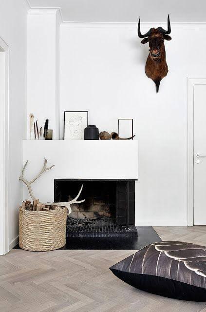 Lareira de canto a lenha na decoração branca