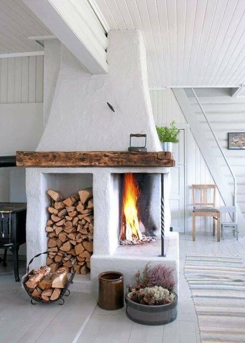 Lareira de canto a lenha com espaço para guardar a lenha