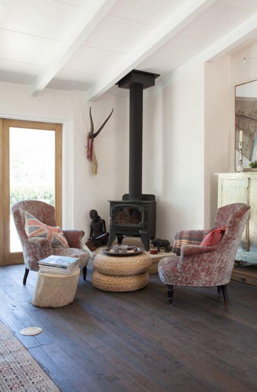 Sala confortável com lareira de canto de ferro