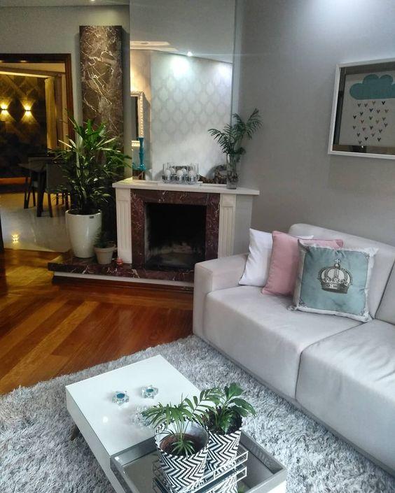 Sala de estar com lareira de canto clássica