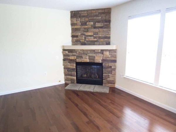 Sala de estar aconchegante com lareira de canto