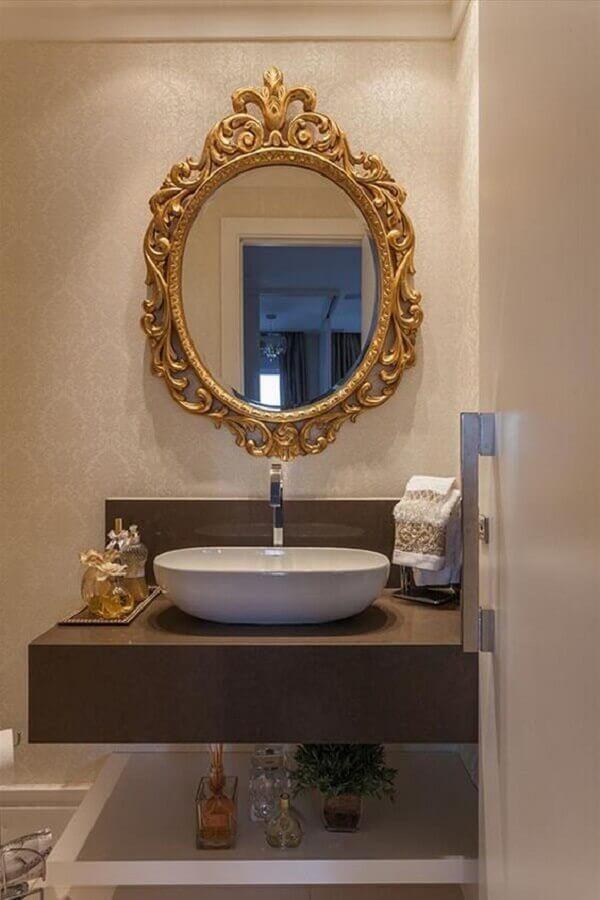 lavabo decorado com moldura para espelho provençal dourado Foto Galeria da Arquitetura
