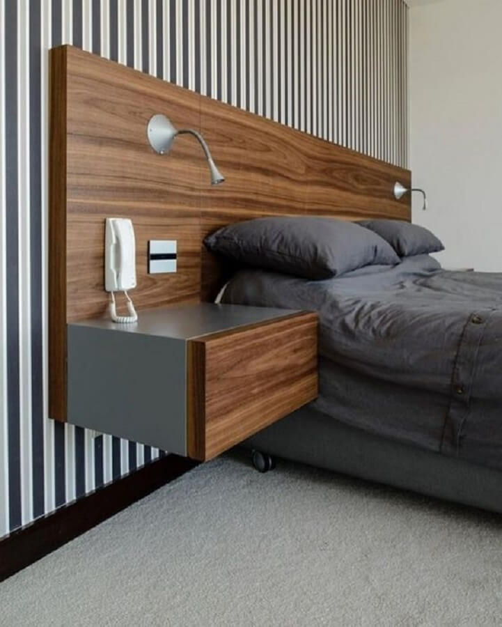 luminária de cabeceira para leitura em quarto de casal planejado com cabeceira de madeira e papel de parede listrado Foto Ariyona Interior