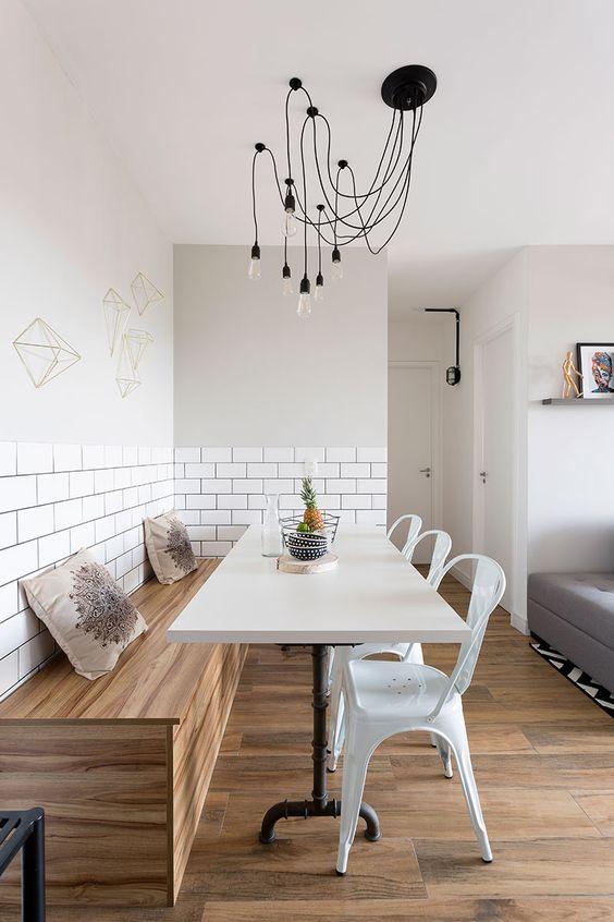 Sala de jantar retrô com cadeira de ferro branca
