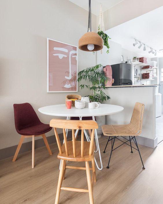 Sala de jantar retrô com cadeiras diferentesSala de jantar retrô com cadeiras diferentes
