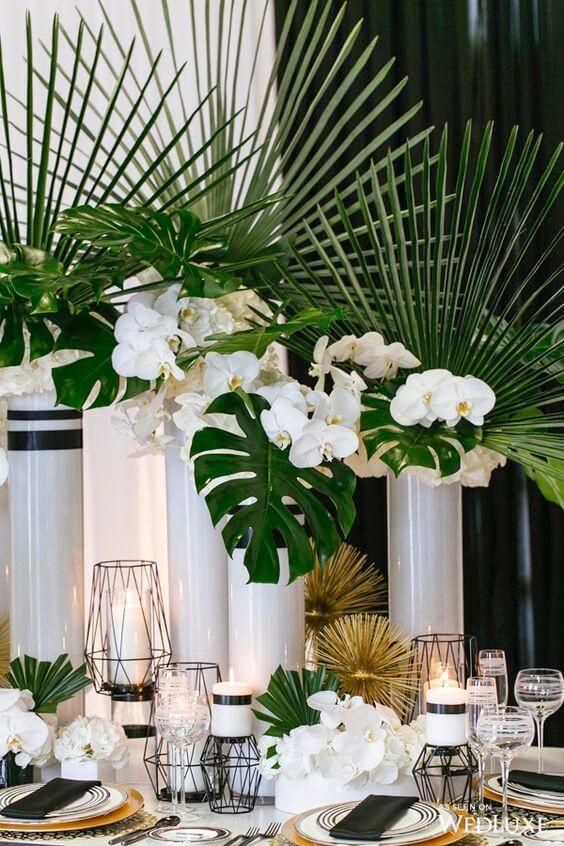 Arranjo com orquídea branca e plantas