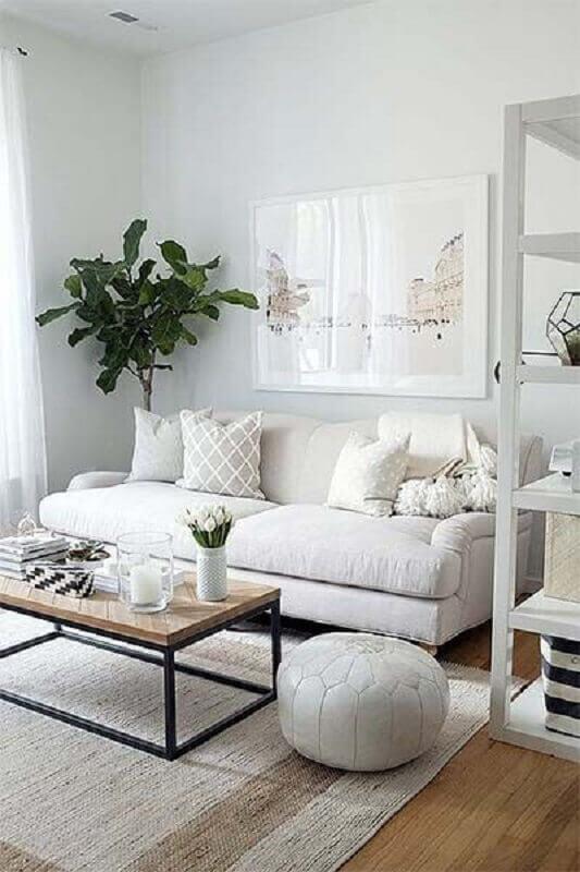 mesa de centro industrial para sala branca decorada com puff redondo  Foto Apartment Therapy