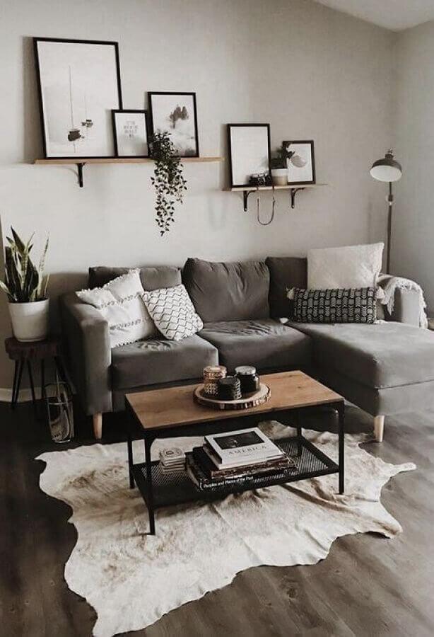mesa de centro industrial para sala com sofá cinza com chaise Foto Apartement Decor