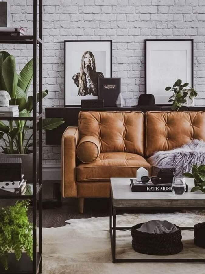 mesa de centro industrial rústica para sala de estar com sofá marrom  Foto Home Fashion Trend