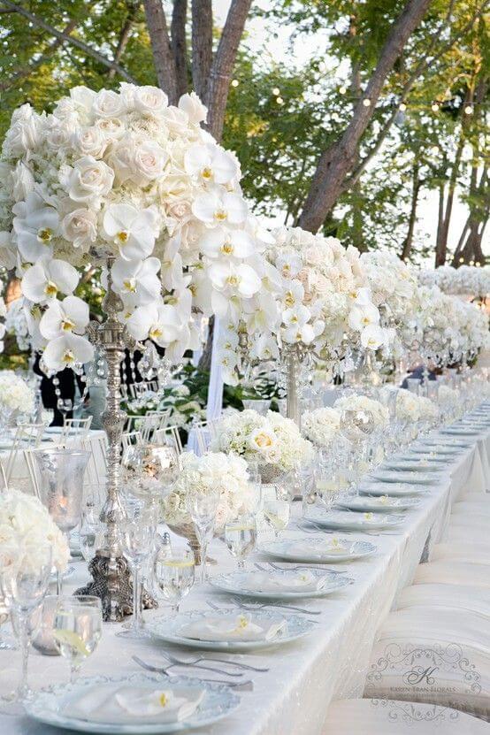 Mesa de jantar com orquídea branca