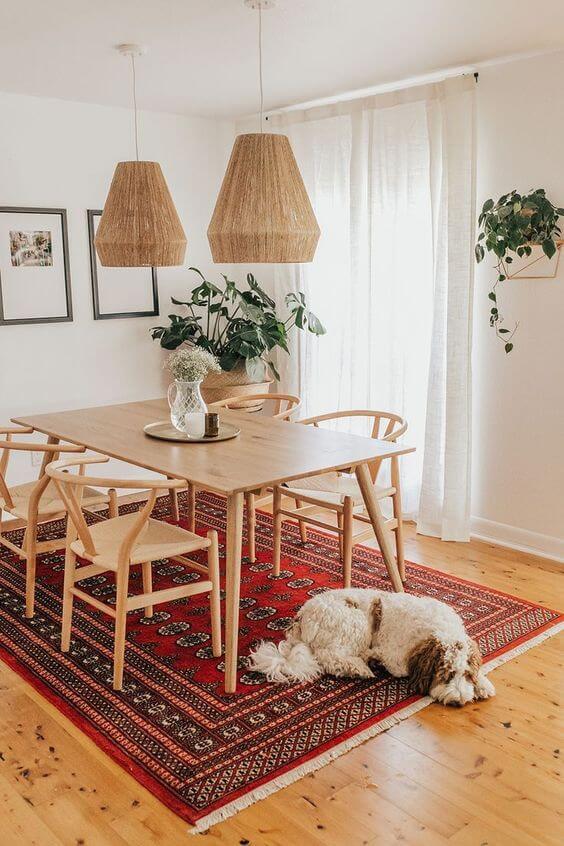 Mesa pé palito de madeira e cadeiras combinando