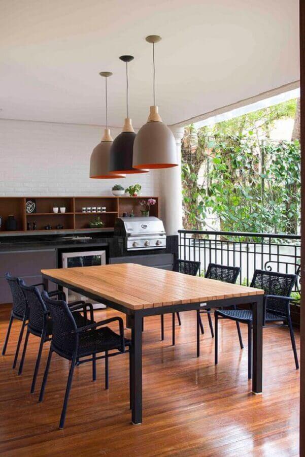 mesa de jantar estilo industrial para decoração de varanda gourmet com churrasqueira  Foto Habitare