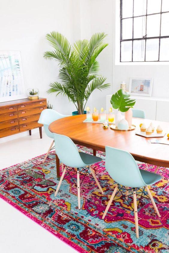 Sala de jantar retrô com cadeiras azuis