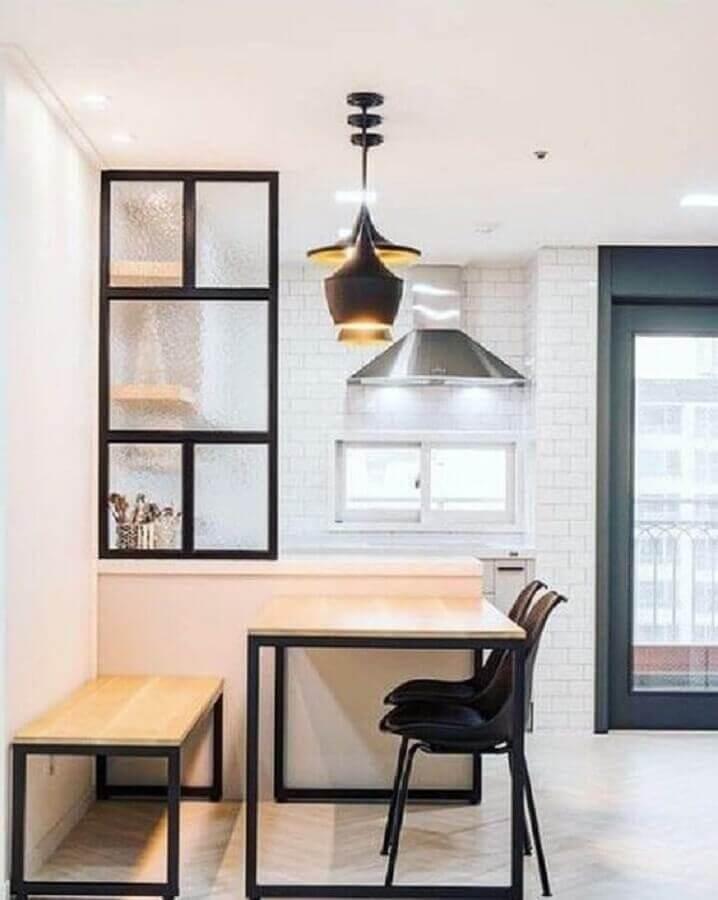 mesa industrial com banco para sala de jantar minimalista com pendentes pretos Foto Pinterest