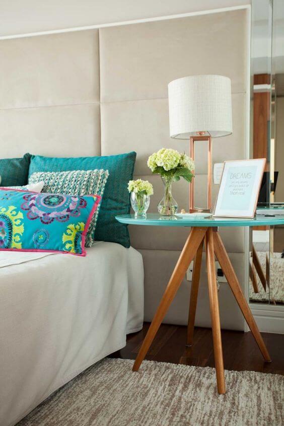 Mesa lateral pé palito ao lado da cama