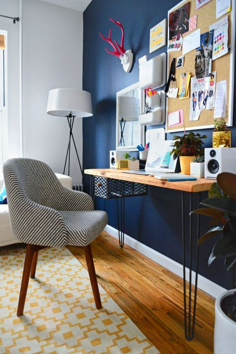 Mesa para computador pequena com decoração moderna