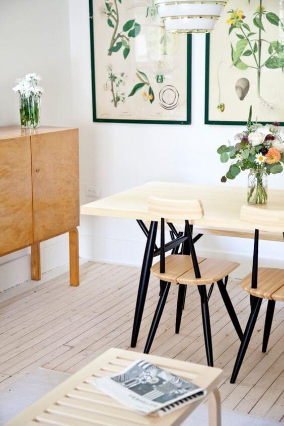 Mesa pé palito com cadeiras iguais