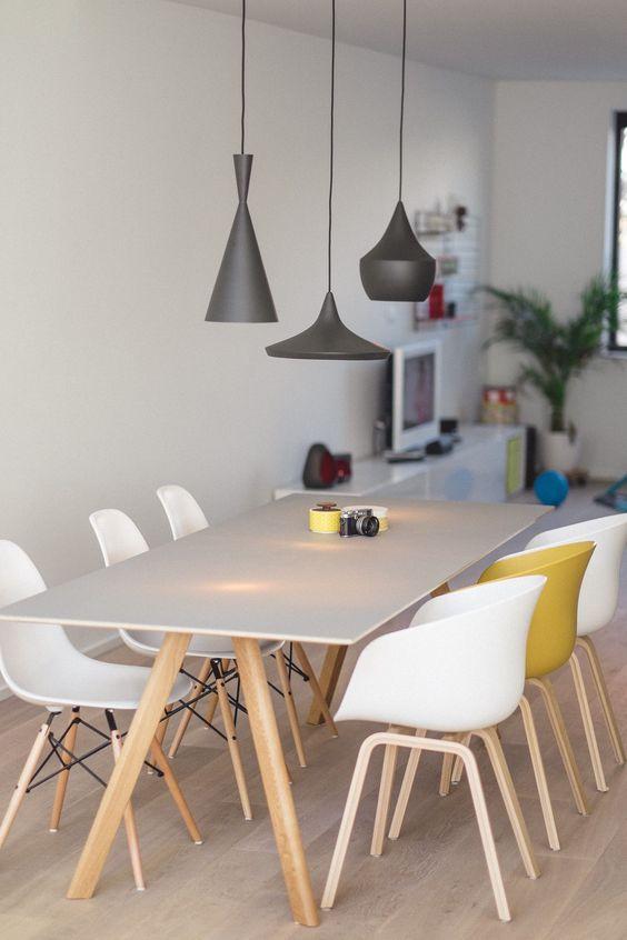 Sala com mesa pé palito e cadeiras com pé palito