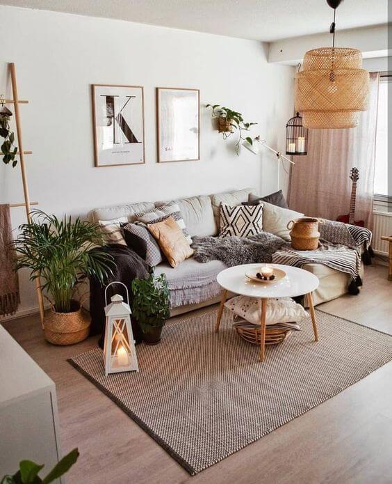Mesa pé palito de centro na sala moderna