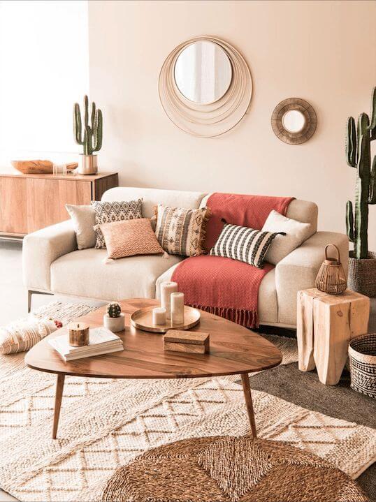Sala moderna com mesa pé palito de madeira