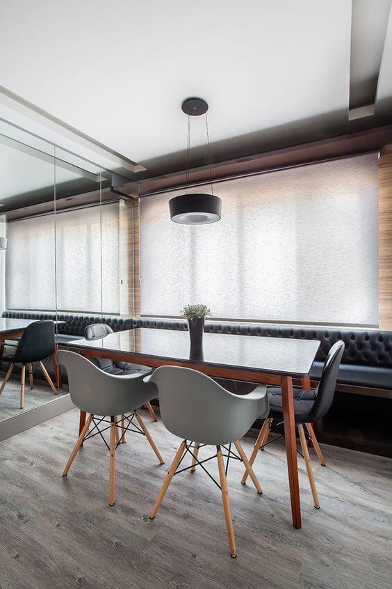 Mesa pé palito e cadeiras modernas