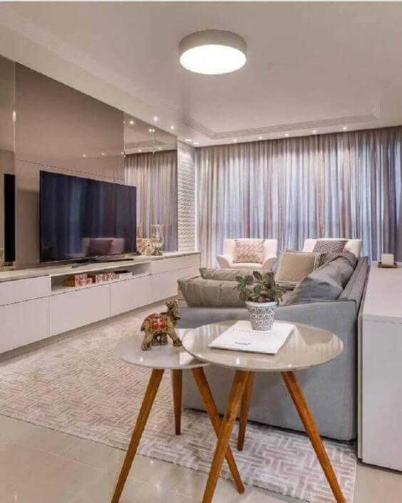 Mesa pé palito ao lado do sofá