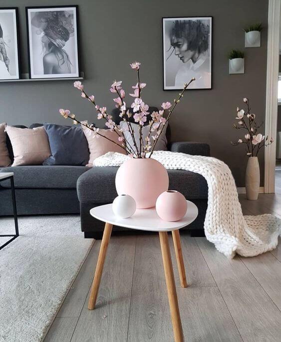 Mesa pé palito com vaso decorativo