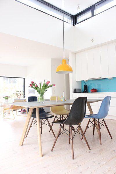 Mesa pé palito com cadeira eames em tons de azul