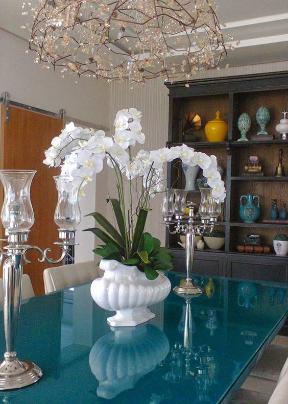Mesa turquesa com vaso orquídea branca