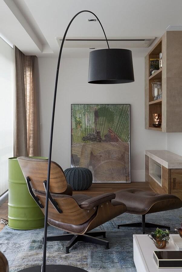 modelo de luminária de chão para leitura com poltrona de madeira confortável Foto Futurist Architecture