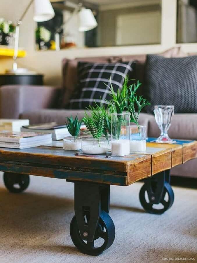 modelo de mesa de centro industrial com rodinhas  Foto Histórias de Casa