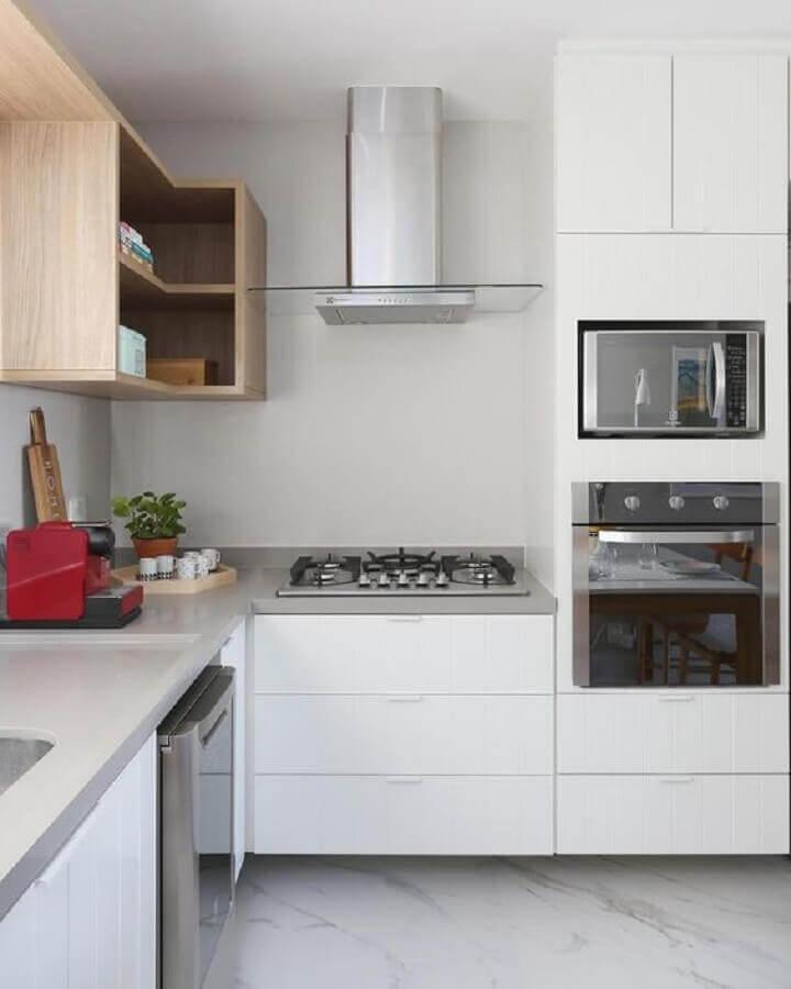 nicho de madeira e armários brancos para decoração de cozinha sob medida de canto Foto Mundo das Tribos