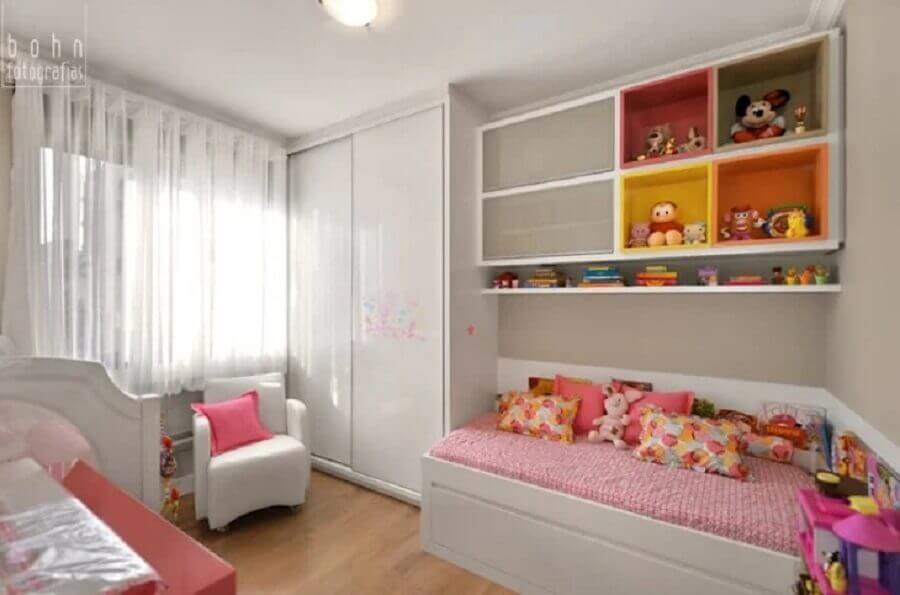 nichos coloridos para quarto infantil sob medida todo branco Foto ABHP Arquitetura