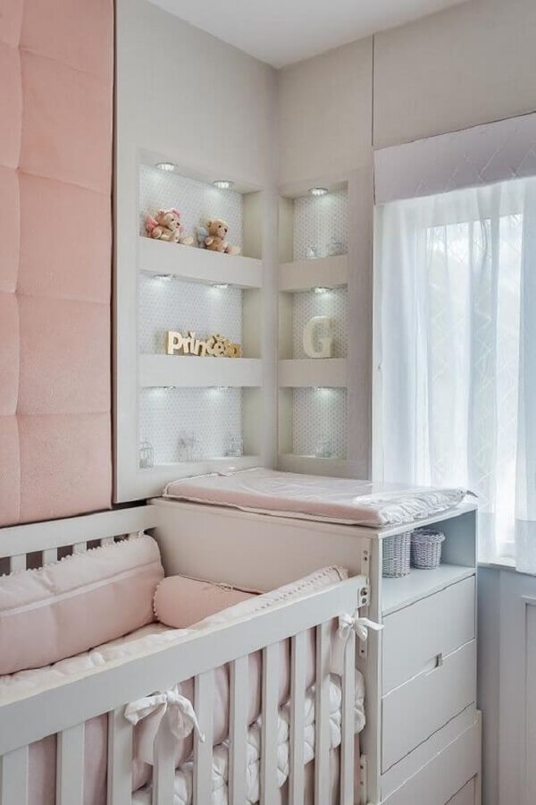 nichos embutidos para quarto de bebê sob medida feminino com parede estofada rosa Foto Jeito de Casa