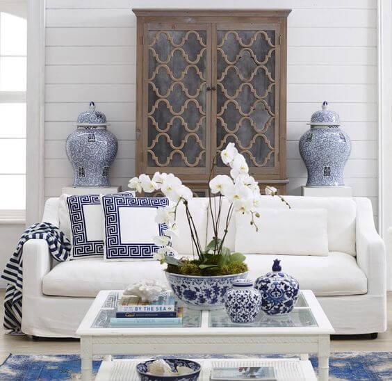Orquídea branca com sofá combinando na sala de estar