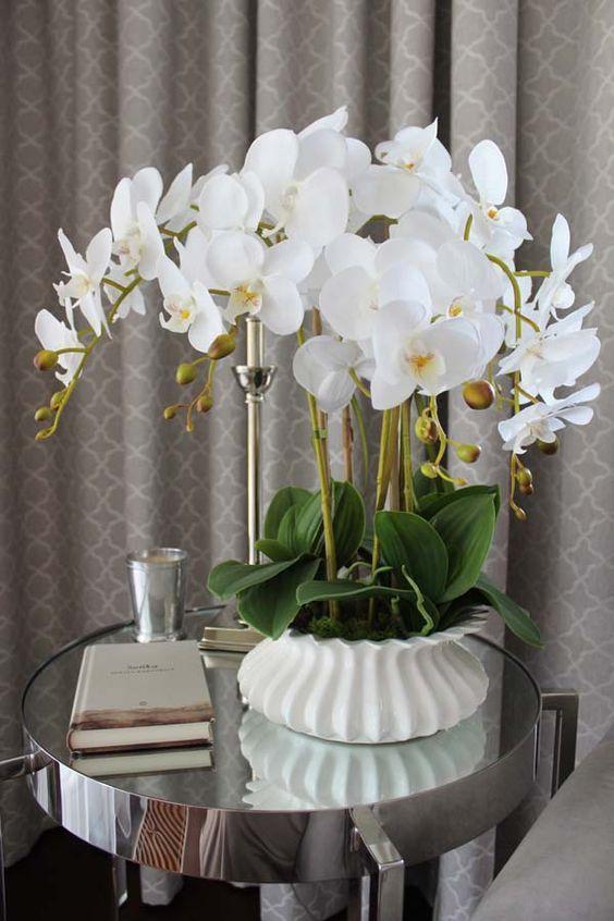 Orquídea branca na mesa lateral espelhada