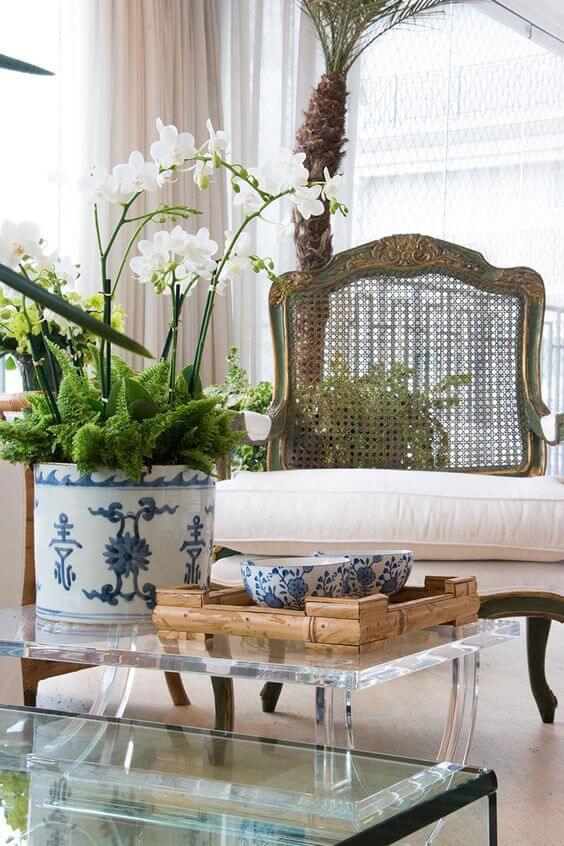 Orquídea branca na sala de estar