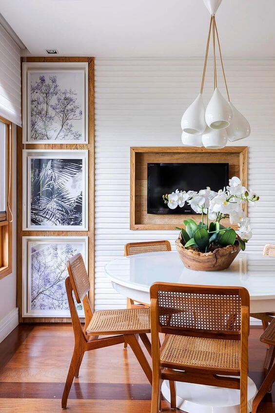 Sala de jantar com centro de mesa de orquídea branca