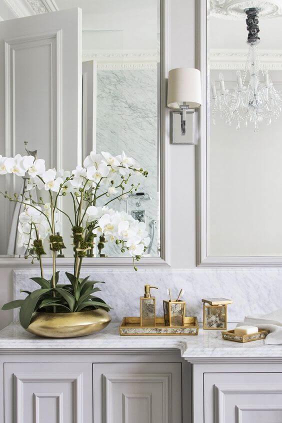 Casa com orquídea branca no banheiro